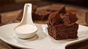Gâteau quatre-quarts au chocolat truffé et soupe au chocolat blanc