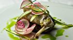 Cuisse de lapin confite à l'huile d'olive, cake rôti et salade croquante