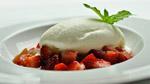 Nage de fraises et rhubarbe à la vanille