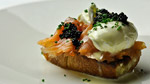 Tartines œufs pochés, saumon fumé et beurre de truffe