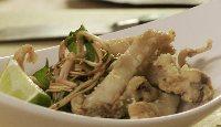 Couteaux de mer frits avec salade de haricots verts extrafins et enoki