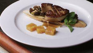Foie gras poêlé, tapenade de dattes et gelée d'oranges aux pétales de rose