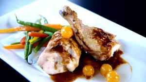 Demi-poulet de Cornouailles farci au fromage Pied-de-Vent, confiture de cerises de terre et sauce au poivre long