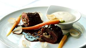 Bavette de bœuf farcie aux champignons, aligot au Blackburn et sauce au poivre Voatsiperifery
