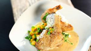 Poulet de Cornouailles braisé, crème d'ail, parfum de lavande, purée de pommes de terre, salade de betteraves et pois verts aux herbes