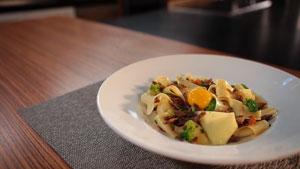 Pappardelles au canard confit, brocoli trop cuit et jaune d'œuf