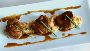 Médaillons de veau poêlés au jus corsé d'arabica et risotto de shiitakes et tomates séchées