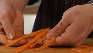 Tailler en julienne: carottes et poireaux
