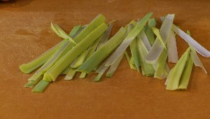 Tailler en tagliatelles de légumes: poireaux
