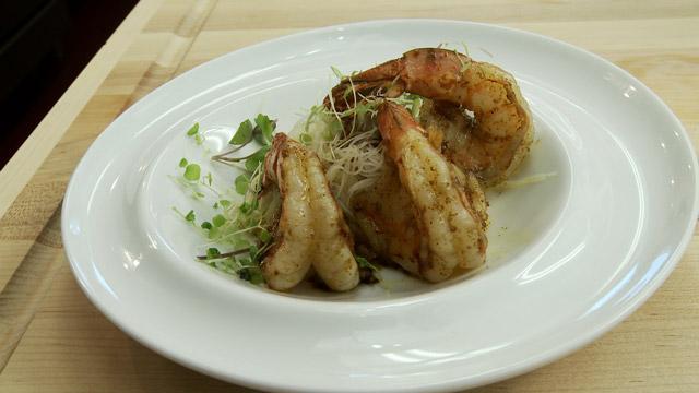 Crevettes tigrées épicées au curry rouge et vermicelles de riz au tamari
