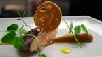 Foie gras de canard poché au vin rouge épicé, purée de dattes