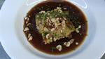 Ravioles de champignons, oignons caramélisés, jus de viande et noisettes torréfiées