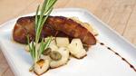 Escalope de foie gras frais de canard La Canardière poêlée, salsa de pommes d'Oka et boutons de marguerites marinés