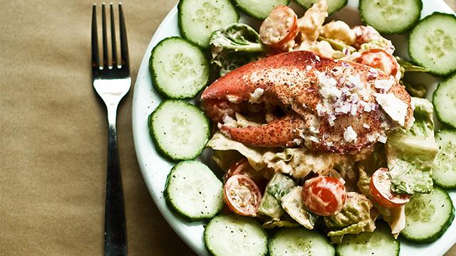 Salade de homard, concombre, tomates, vinaigrette style «Mille-Îles».