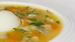 Soupe de lentilles au lard et son œuf à 65 degrés