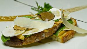 Sandwich ouvert aux champignons de Paris et copeaux de parmesan, foie gras frais et épinards