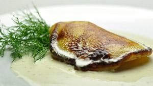 Blinis de pommes de terre, dos de saumon bio, crème cuite au citron et poivre long indonésien