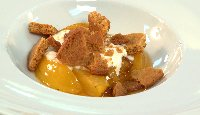 Prunes rôties au sirop de thym et citron, yogourt et brisures de biscuit au gingembre