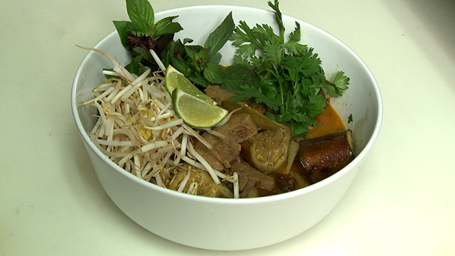 Ragoût de canard BBQ, aubergine et sauce au curry rouge thaïlandais