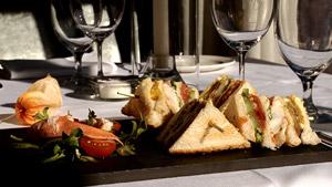 Club sandwich de homard des Îles aux légumes confits et aïoli
