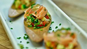 Canapé de saumon cuit au citron, ratatouille et anchoïade