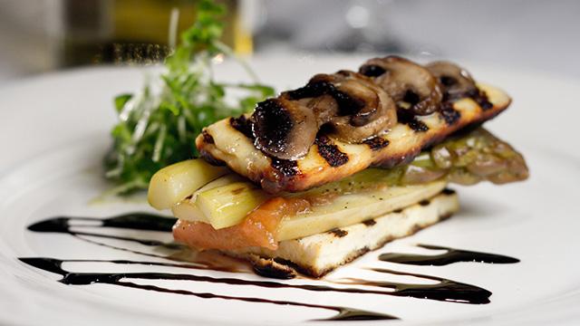 Tofu grillé, fromage Dorémi et légumes marinés