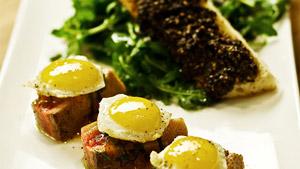 Salade niçoise revisitée, thon frais mi-cuit, tapenade et œufs de caille
