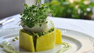 Flétan confit à l'huile d'olive et pelures d'orange, salade d'avocat, ananas et coriandre