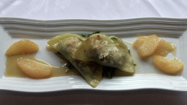 Ravioles à la figue braisée au balsamique blanc et au foie gras sur une tombée de roquette, gastrique de pamplemousse