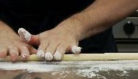 11_rouler_la_preparation_de_puree_de_pommes_de_terre_dans_la_farine.jpg