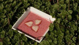 Soupe de fraises rafraîchies au parfum de gingembre et de mélisse