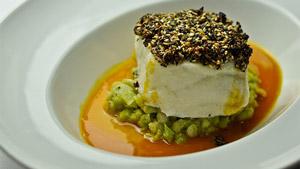 Bar en croûte de sésame, écrasé de haricots au fenouil et sauce au curry rouge