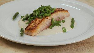 Saumon saisi, sauce tonato et asperges vertes