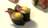 Gunkan explosion d'hokigaï (mactre de Stimpson), tobiko au wasabi, jaune d'œuf de caille et radis frais