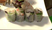 Maki de printemps au tartare de pétoncles, fraises, shiso, zeste de yuzu