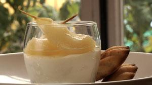 Mousse au miel, poires pochées au romarin, madeleines au beurre noisette et citron